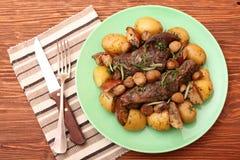 Il manzo ha arrostito con le patate, castagne, mele Fotografia Stock Libera da Diritti