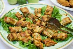 Il manzo tritato ha farcito i crêpe è servito con le foglie fresche dell'insalata su w immagini stock