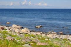 Il mar Bianco e la sua riva sull'isola di Bolshoi dell'arcipelago di Zayatsky Solovetsky Fotografie Stock