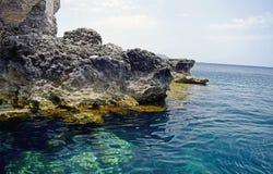 Il mar Mediterraneo blu della roccia del mare in chiaro fotografia stock libera da diritti