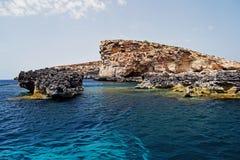 Il mar Mediterraneo blu della roccia del mare in chiaro immagini stock libere da diritti