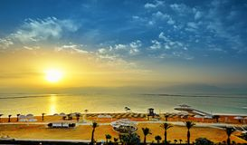 Il mar Morto, è un lago di sale che confinano la Giordania al Nord e Israele all'ovest fotografia stock libera da diritti