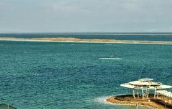 Il mar Morto, è un lago di sale che confinano la Giordania al Nord e Israele all'ovest fotografia stock