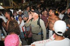 Il marabunta dell'attivista cammina fra la folla Immagini Stock