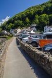 Il marciapiede lungo il fiume e parcheggio in Lynmouth Fotografia Stock