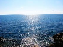 Il mare blu con i fasci del sole costeggia il mare ionico del paesaggio sul isla di Corfù immagine stock