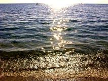 Il mare blu con i fasci del sole costeggia il mare ionico del paesaggio sul isla di Corfù immagini stock libere da diritti