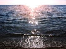 Il mare blu con i fasci del sole costeggia il mare ionico del paesaggio sul isla di Corfù immagini stock