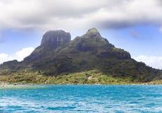 Il mare blu e si rannuvola il supporto Otemanu sull'isola di Bora Bora, Polinesia Fotografie Stock Libere da Diritti