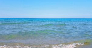 Il mare caraibico tropicale della spiaggia con la sabbia dell'oro, la festa sotto cielo blu e l'oceano, si rilassano e viaggiano  stock footage
