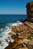 Il mare che si rompe in scogliere Fotografie Stock Libere da Diritti
