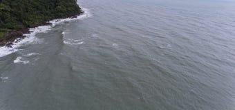 Il mare che si schianta nel lato di un'isola Fotografia Stock Libera da Diritti