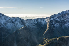 Il mare del ‹del †del ‹del †si appanna dietro la cresta della montagna Fotografia Stock