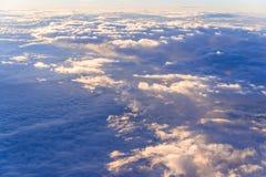 il mare del fondo del cielo di tramonto delle nuvole, vista dalla finestra di Immagini Stock Libere da Diritti