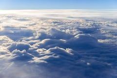 il mare del fondo del cielo di tramonto delle nuvole, vista dalla finestra di Immagini Stock