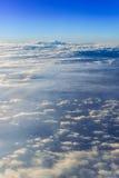 il mare del fondo del cielo di tramonto delle nuvole, vista dalla finestra di Fotografia Stock