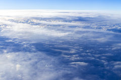 il mare del fondo del cielo di tramonto delle nuvole, vista dalla finestra di Immagine Stock