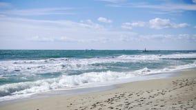 Il mare del movimento lento ondeggia la rottura su una spiaggia sabbiosa in dorada della Costa, Spagna video d archivio
