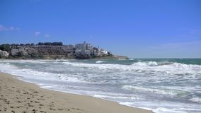 Il mare del movimento lento ondeggia la rottura su una spiaggia sabbiosa in dorada della Costa, Spagna stock footage