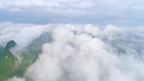 Il mare delle nuvole sulle montagne stock footage