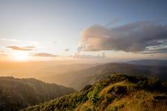 Il mare di nebbia con le foreste e la valle delle montagne, bello nel paesaggio della natura, Doi Thule, provincia di Tak, Tailan fotografie stock libere da diritti