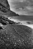 Il mare e le montagne monocromatici Fotografie Stock