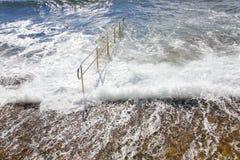 Il mare energetico ondeggia il rotolamento sopra alla banchina Fotografia Stock