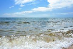 Il mare fluttua sulla spiaggia Fotografia Stock Libera da Diritti