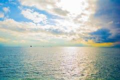 Il mare liscio con tempo ed alcuno del tramonto potrebbe immagini stock