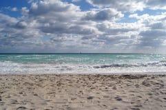 Il mare, Miami, ai precedenti di cielo blu, nuvole, ondeggia Fotografie Stock