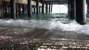 Il mare molle ondeggia sotto il seminterrato del pilastro video d archivio