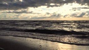Il mare ondeggia al tramonto archivi video