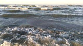 Il mare ondeggia al tramonto video d archivio
