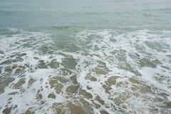 Il mare ondeggia alla spiaggia Immagini Stock Libere da Diritti