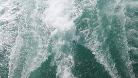 Il mare ondeggia da una barca una corrente enorme di acqua blu profonda con schiuma bianca che aumenta su Movimento lento 1920x10 archivi video