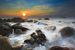 Il mare ondeggia la linea roccia della sferza di impatto sulla spiaggia Fotografia Stock