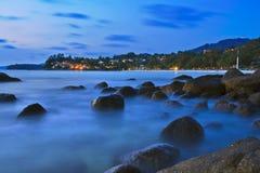 Il mare ondeggia la linea roccia della sferza di impatto sulla spiaggia Immagini Stock