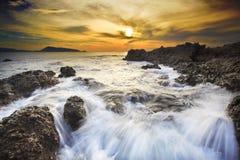 Il mare ondeggia la linea roccia della sferza di impatto sulla spiaggia Immagine Stock Libera da Diritti