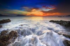 Il mare ondeggia la linea roccia della sferza di impatto sulla spiaggia Fotografie Stock Libere da Diritti