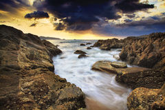 Il mare ondeggia la linea roccia della sferza di impatto sulla spiaggia Fotografia Stock Libera da Diritti
