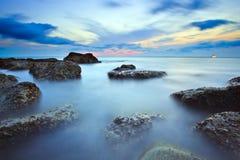 Il mare ondeggia la linea roccia della sferza di impatto sulla spiaggia Immagini Stock Libere da Diritti