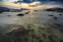 Il mare ondeggia la riga roccia della sferza di impatto sulla spiaggia Immagine Stock