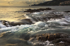 Il mare ondeggia la riga roccia della sferza di impatto sulla spiaggia Fotografia Stock Libera da Diritti
