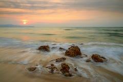 Il mare ondeggia la riga roccia della sferza di impatto sulla spiaggia Fotografie Stock Libere da Diritti