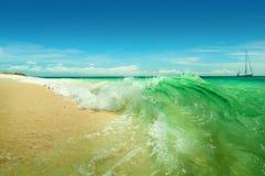 Il mare ondeggia la rottura sopra la spiaggia un giorno soleggiato Immagine Stock Libera da Diritti