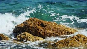Il mare ondeggia la rottura sulle rocce con abbondanza di spruzzatura dell'acqua video d archivio