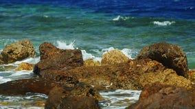 Il mare ondeggia la rottura sulle rocce con abbondanza di spruzzatura dell'acqua archivi video