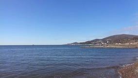 Il mare ondeggia la spruzzatura sulla riva, linea costiera Soci, Russia stock footage