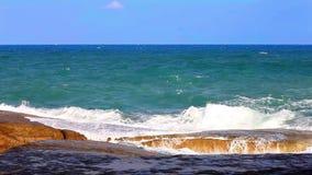Il mare ondeggia lo schianto nello spruzzo sulla costa rocciosa archivi video