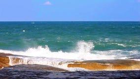 Il mare ondeggia lo schianto nello spruzzo sulla costa rocciosa stock footage